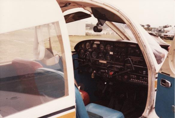 Piper PA-28  (VH-ETI) cockpit